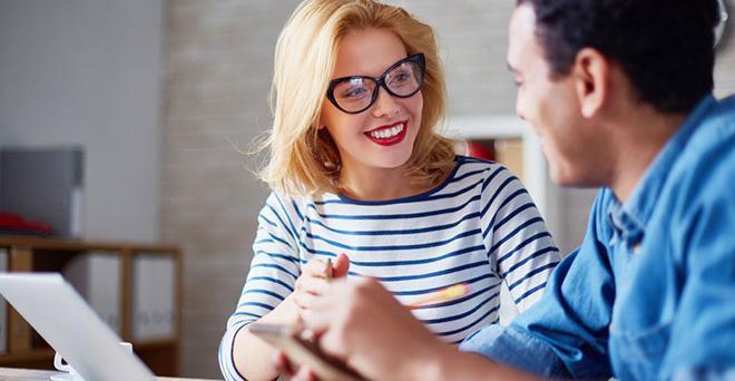 13 signes révélateurs qu'un collègue est attiré physiquement par vous